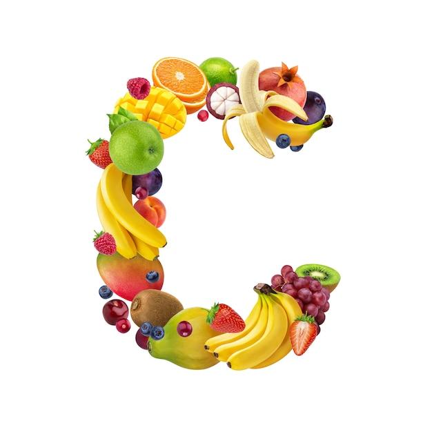 Lettera c fatta di diversi tipi di frutta e bacche Foto Premium