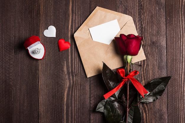 Lettera d'amore della busta di giorno di biglietti di s. valentino con l'anello di fidanzamento della cartolina d'auguri Foto Gratuite