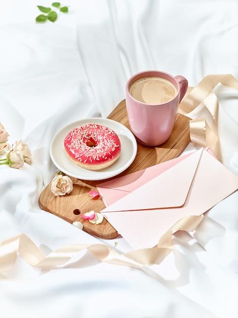 Lettera d'amore sul tavolo con colazione Foto Gratuite