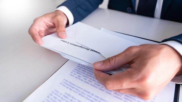 Lettera di dimissioni della lettura dell'uomo d'affari Foto Premium