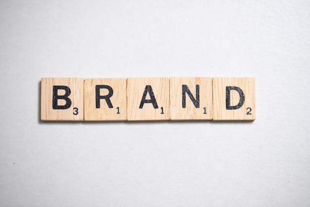 Lettera di legno dello scrabble nel concetto di affari su fondo bianco Foto Premium