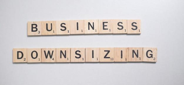 Lettera marrone di legno dello scrabble nel concetto di affari su fondo bianco Foto Premium