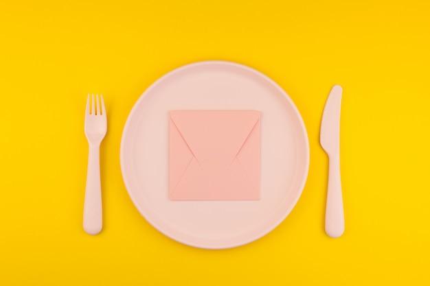 Lettera rosa sul tavolo del servizio. concetto romantico Foto Premium