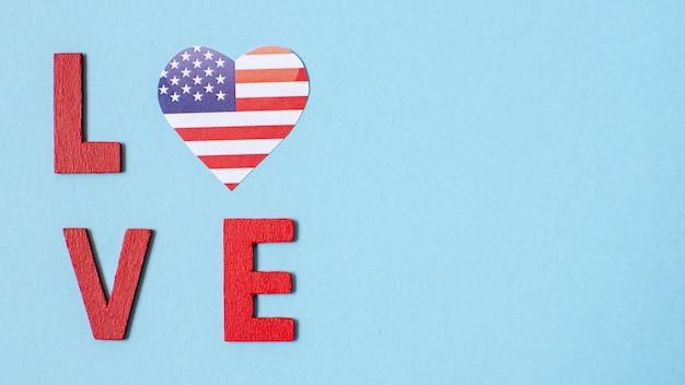 Lettere d'amore vista dall'alto con bandiera degli stati uniti cuore e copia-spazio Foto Gratuite