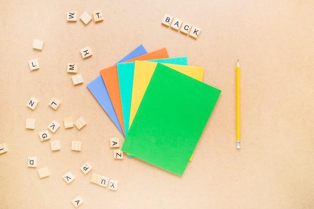 Lettere vicino a matita e carta Foto Gratuite