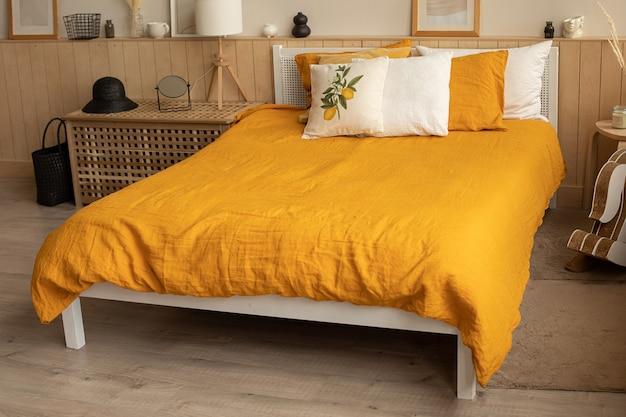 Letto interno camera da letto all'interno, biancheria da letto di lino giallo arancio. stampa al limone Foto Premium