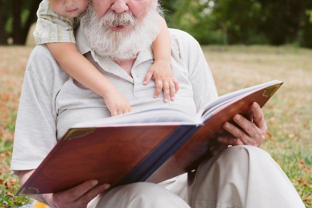 Lettura del nipote e del nonno del primo piano Foto Gratuite