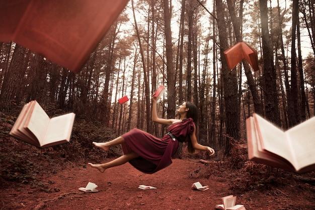 Lettura della donna della possibilità remota nella foresta Foto Gratuite