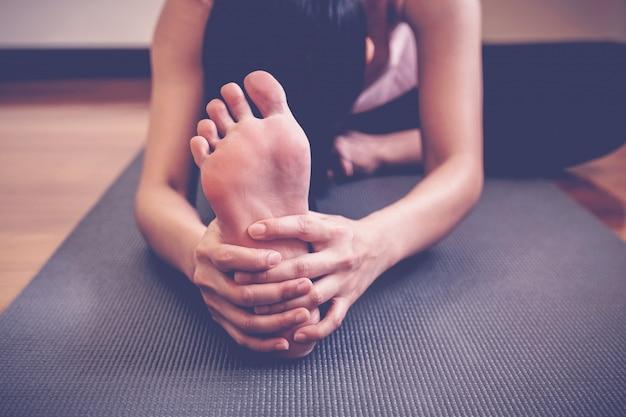 Lezione di pratica di yoga della giovane donna asiatica in buona salute Foto Premium