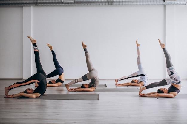 Lezioni di gruppo yoga in palestra Foto Gratuite
