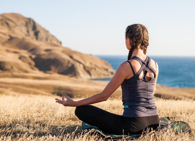 Lezioni di yoga al tramonto. Foto Premium