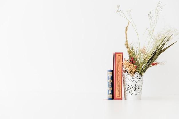 Libri del corano e un mazzo di fiori Foto Gratuite