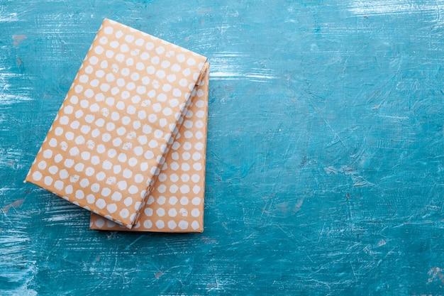 Libri in brossura su uno sfondo di tavolo Foto Premium