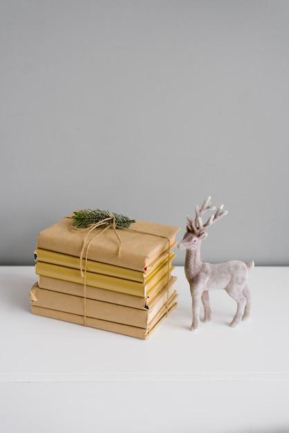 Libri Decorazioni Natalizie.Foto Premium Libri In Copertine Artigianali In Una Pila Con Decorazioni Natalizie