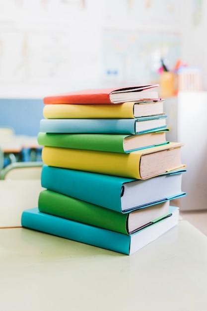 Libri scolastici colorati disposti sul tavolo Foto Gratuite