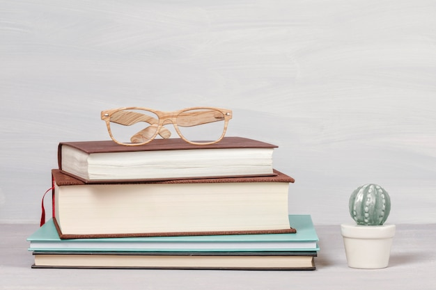 Libri, tazza di caffè, occhiali da lettura Foto Premium
