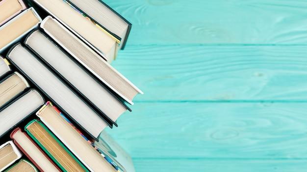 Libri vista dall'alto con spazio di copia Foto Gratuite