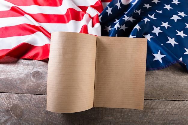 Libro aperto sulla bandiera americana Foto Premium