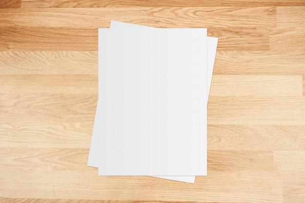 Libro bianco e spazio per il testo su sfondo in legno vecchio Foto Premium