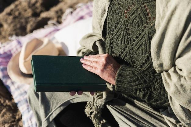 Libro della tenuta della donna irriconoscibile Foto Gratuite