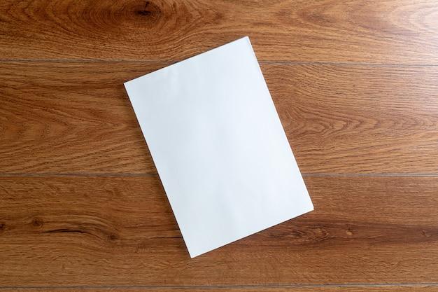 Libro di catalogo di ritratto in bianco catalogo mock up su riviste di identità di branding in legno Foto Premium