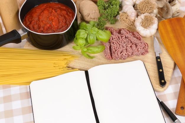 Libro di cucina con ingredienti per spaghetti alla bolognese Foto Premium