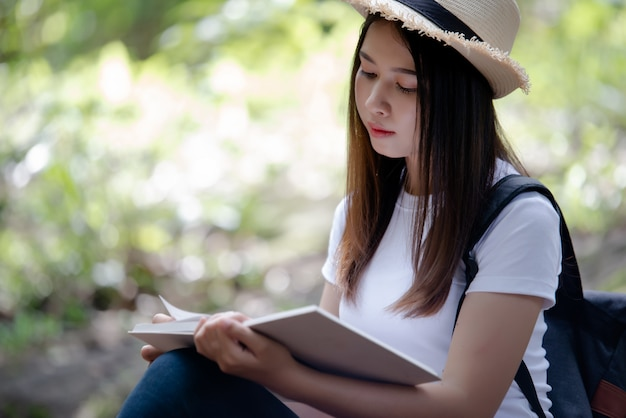 Libro di lettura bella donna in natura Foto Gratuite