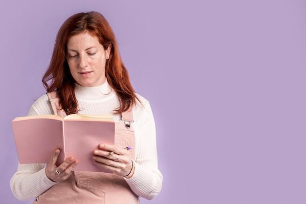 Libro di lettura della donna incinta con copia-spazio Foto Gratuite