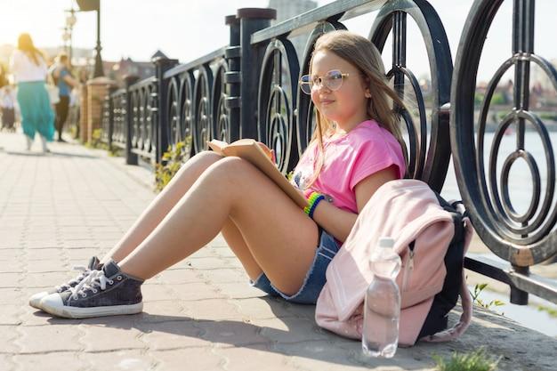 Libro di lettura della studentessa del bambino Foto Premium