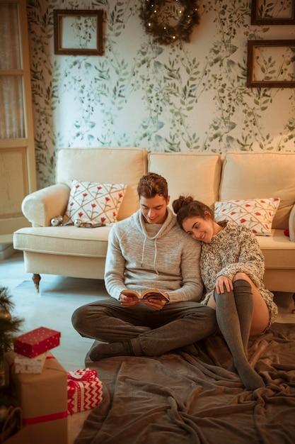 Libro di lettura delle coppie sul pavimento Foto Gratuite