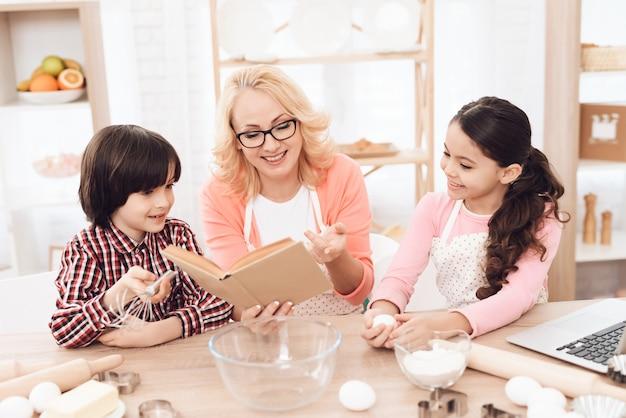 Libro di ricette della nonna lettura con i nipoti Foto Premium