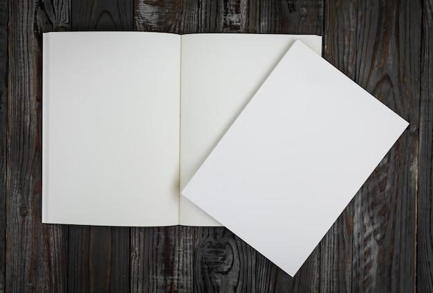 Libro in bianco su un tavolo di legno visto dall'alto Foto Gratuite