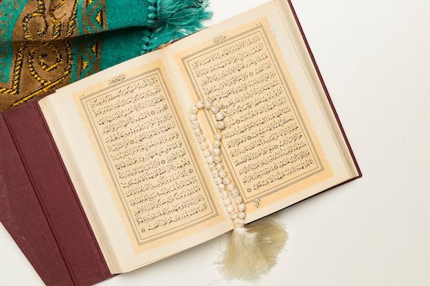 Libro sacro con bracciale e tappetino Foto Gratuite