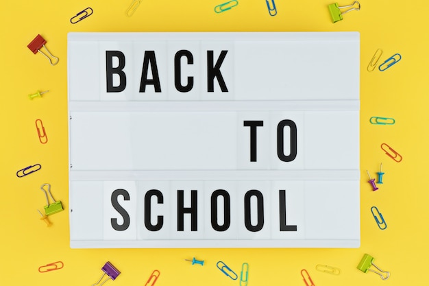 Lightbox con lettere di ritorno a scuola Foto Premium