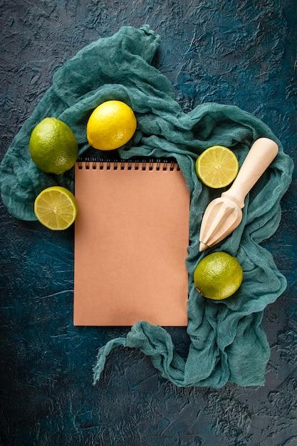 Lime fresco con spremiagrumi di agrumi. Foto Premium