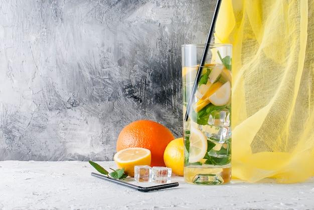 Limonata in vetro con ghiaccio e menta Foto Premium