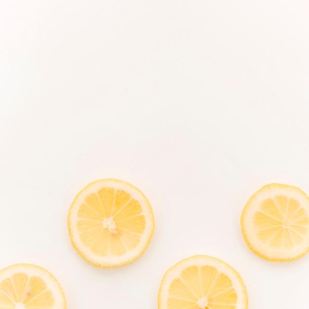Limone a fette su sfondo bianco Foto Gratuite