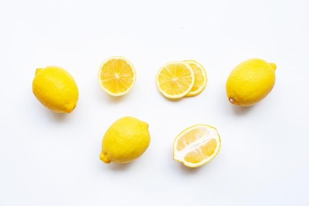 Limone con fette isolato su bianco. Foto Premium
