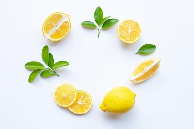 Limone e fette con foglie su telaio composizione arrotondata Foto Premium