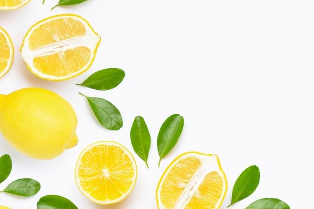Limone fresco con le fette isolate su bianco. Foto Premium