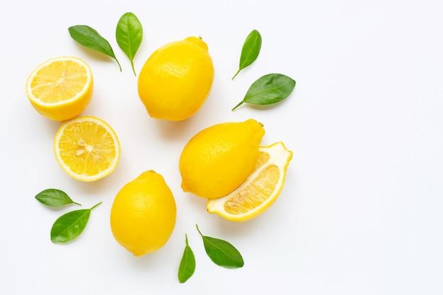 Limone fresco con le foglie isolate su bianco Foto Premium