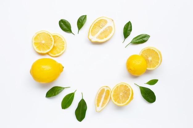 Limone fresco con sfondo di foglie verdi Foto Premium