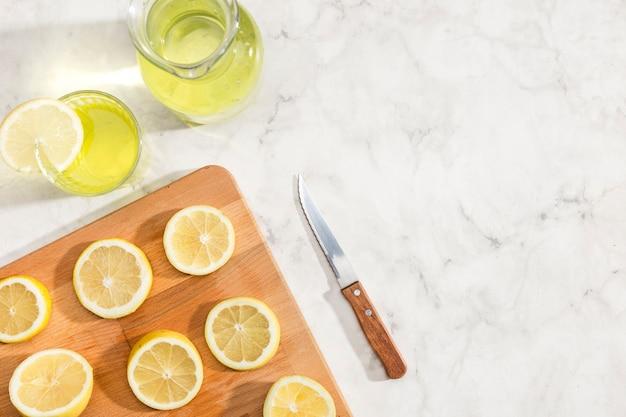 Limoni a fette e succo di limonata Foto Gratuite