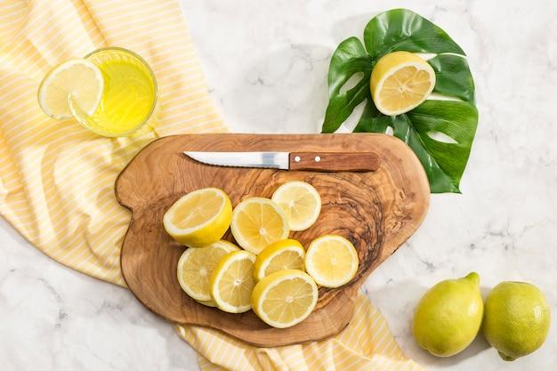 Limoni affettati sul bordo di legno Foto Gratuite