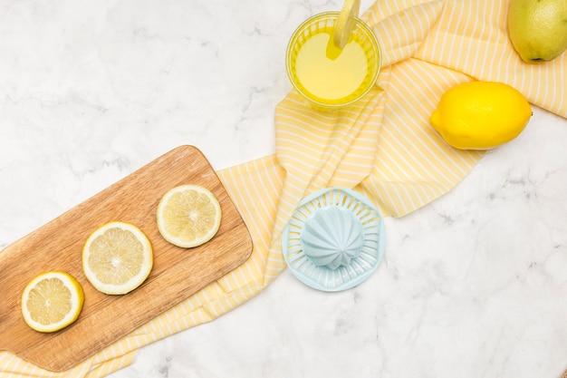 Limoni e succo di limonata Foto Gratuite