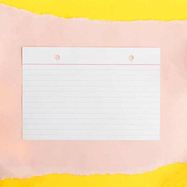 Linea carta strutturata su carta di carta beige su sfondo giallo Foto Gratuite