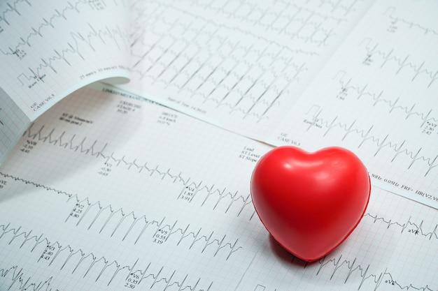 Linea curva grafica cuore impulso con cuore rosso Foto Premium