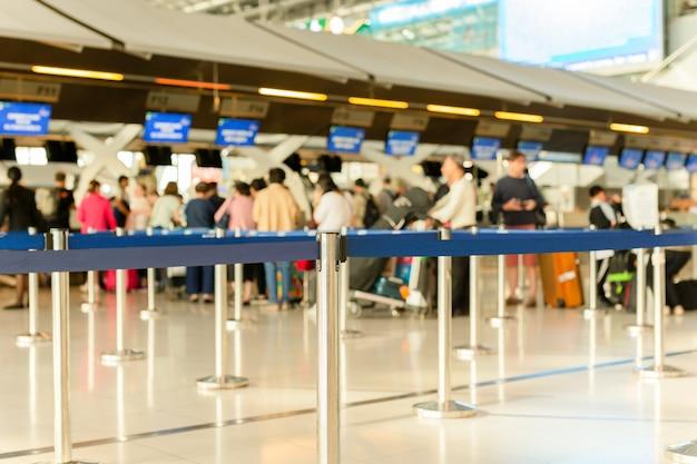 Linea di check-in passeggeri all'aeroporto in vacanza. Foto Premium