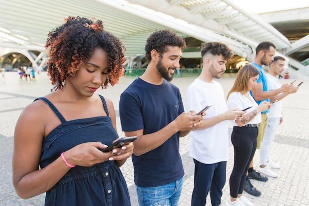 Linea di mix corse persone messaggi di testo sugli smartphone Foto Gratuite
