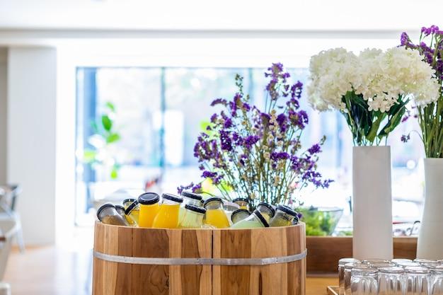 Linea di prima colazione a buffet biologica in bottiglia di succo put in juice Foto Premium